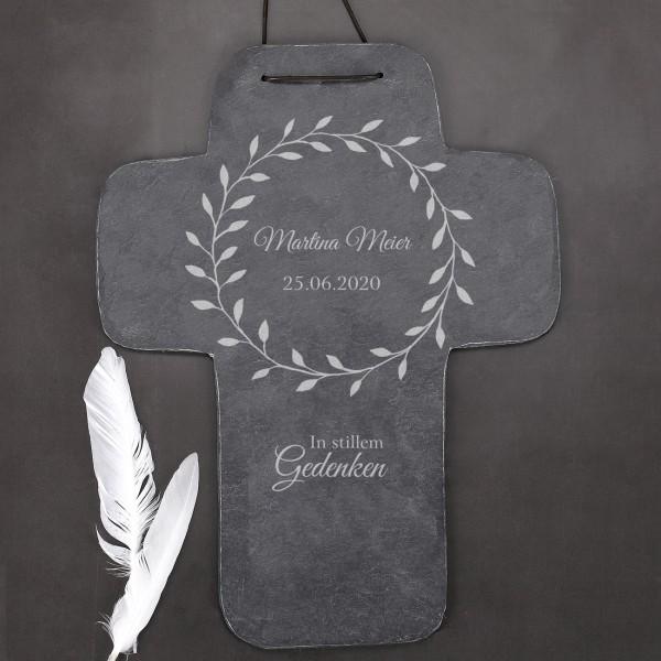 Schieferkreuz zum Gedenken mit Name und Lebensdaten