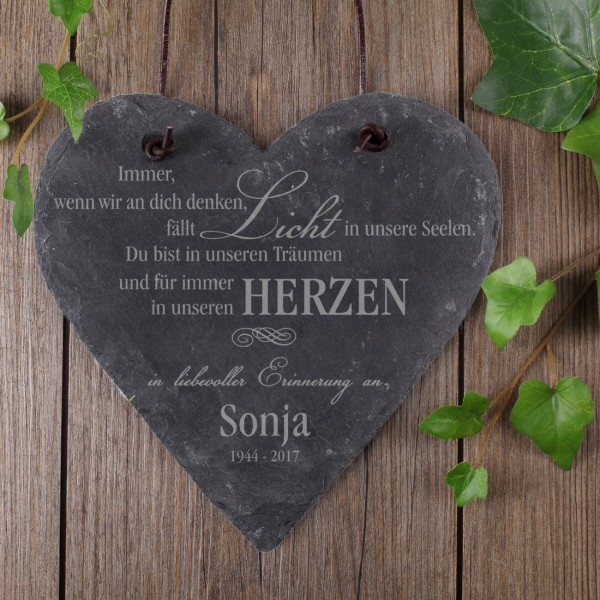 Graviertes Schieferherz als Gedenktafel mit Name und Datum
