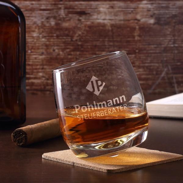 Schräg stehendes Whiskyglas inkl. Gravur des Logos