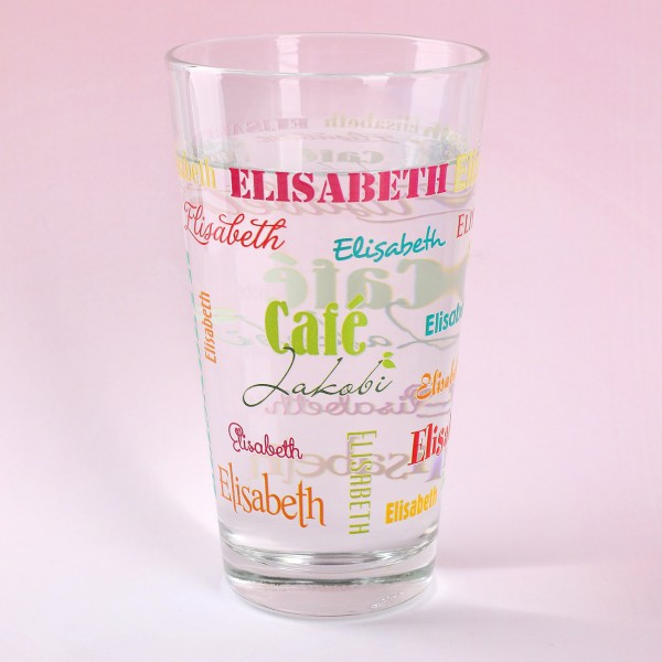 Trinkglas mit Name in verschiedenen Schriftarten und Logo bedruckt